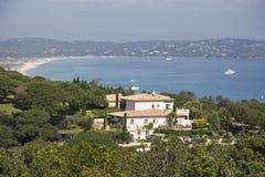 在圣徒tropez别墅的海湾 免版税库存照片