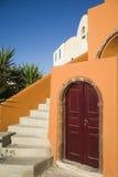 在圣托里尼海岛上的典型的建筑学 免版税库存图片