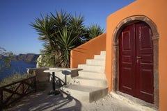 在圣托里尼海岛上的典型的建筑学 免版税库存照片
