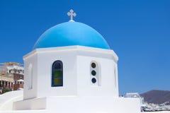 在圣托里尼海岛上的希腊教会  库存图片