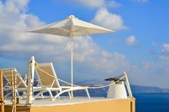 在圣托里尼海岛上的白色别墅 库存照片