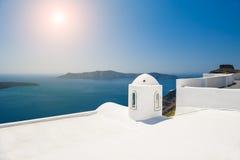 在圣托里尼海岛上的白色建筑学, GreeceWhite建筑学 免版税库存图片