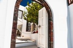 在圣托里尼海岛上的白色建筑学 库存图片