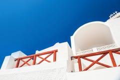 在圣托里尼海岛上的白色建筑学 图库摄影