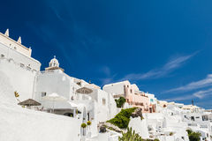 在圣托里尼海岛上的白色建筑学 库存照片
