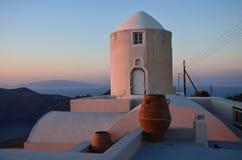 在圣托里尼海岛上的美好的日落光  免版税库存图片
