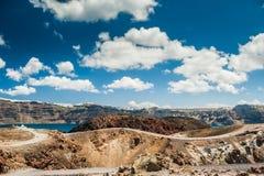 在圣托里尼海岛附近的火山 免版税库存照片