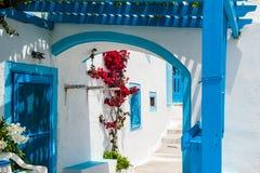 在圣托里尼海岛,希腊上的白色和蓝色建筑学 库存照片