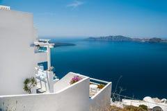 在圣托里尼海岛,希腊上的白色建筑学 免版税库存图片