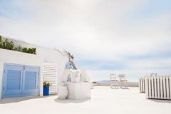 在圣托里尼海岛,希腊上的白色建筑学 免版税库存照片