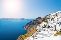 在圣托里尼海岛,希腊上的白色建筑学 库存照片