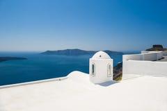 在圣托里尼海岛,希腊上的白色建筑学 图库摄影