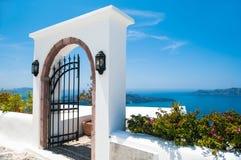 在圣托里尼海岛,希腊上的白色建筑学 库存图片