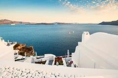 在圣托里尼海岛,希腊上的白色建筑学 免版税图库摄影