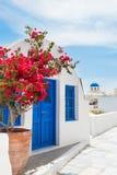 在圣托里尼海岛,希腊上的白蓝色建筑学 库存照片