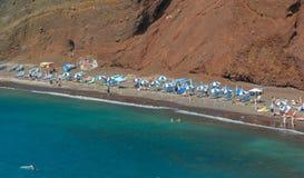 在圣托里尼海岛,希腊上的红色海滩 免版税库存图片