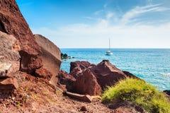 在圣托里尼海岛,希腊上的红色海滩 免版税库存照片