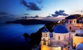 在圣托里尼海岛,希腊上的Oia镇在晚上 免版税库存照片
