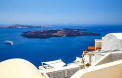 在圣托里尼海岛,希腊上的Oia镇 传统和著名房子和教会有蓝色圆顶的在破火山口,爱琴海颜色 免版税库存图片