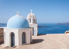 在圣托里尼海岛,希腊的教会圆顶 免版税库存照片