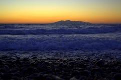 在圣托里尼海滩的火山的石头 免版税库存照片