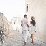 在圣托里尼的愉快的年轻夫妇 库存图片