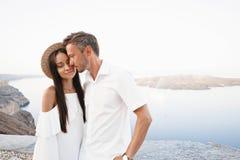 在圣托里尼的愉快的年轻夫妇 免版税库存照片