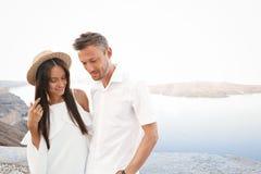 在圣托里尼的愉快的年轻夫妇 免版税库存图片