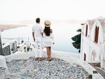 在圣托里尼的愉快的年轻夫妇 图库摄影