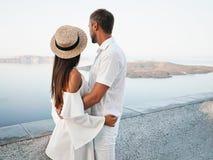 在圣托里尼的愉快的年轻夫妇 免版税图库摄影