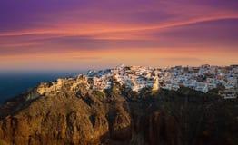 在圣托里尼的著名日落在Oia村庄 免版税图库摄影