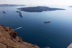 在圣托里尼附近海岛的巡航划线员  破火山口视图 图库摄影