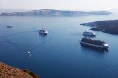 在圣托里尼附近海岛的巡航划线员  破火山口视图 库存照片