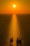 在圣托里尼破火山口与横渡两条的小船, Oia,圣托里尼,希腊的美好的日落 免版税图库摄影