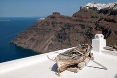 在圣托里尼破火山口中的浪漫大阳台 库存图片