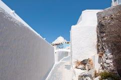 在圣托里尼(锡拉)海岛上的Fira镇使被粉刷的街道狭窄在希腊 库存图片
