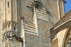 在圣文森大教堂钟楼的特写镜头有一个面貌古怪的人的在前景,被找出的里面圣徒M被围住的城市 免版税库存照片