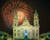 在圣斯蒂芬的大教堂和正方形上的美丽的烟花在布达佩斯 库存照片