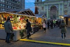 在圣斯蒂芬` s大教堂前面的圣诞节市场在布达佩斯,匈牙利 免版税库存照片