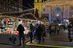 在圣斯蒂芬` s大教堂前面的圣诞节市场在布达佩斯,匈牙利 免版税库存图片