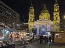 在圣斯蒂芬` s大教堂前面的圣诞节市场在布达佩斯,匈牙利 图库摄影