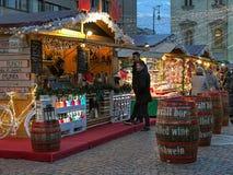 在圣斯蒂芬` s大教堂前面的圣诞节市场在布达佩斯, 免版税库存图片