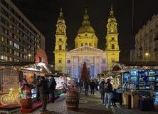 在圣斯蒂芬` s大教堂前面的圣诞节市场在布达佩斯, 库存照片