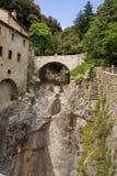 在圣法兰西斯偏僻寺院细胞的一座桥梁  免版税库存图片