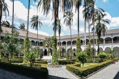 在圣法兰西斯里面教会和修道院的热带庭院是16世纪天主教复合体在基多,厄瓜多尔 免版税库存图片