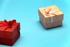 在圣洁华伦泰的那天礼物盒,蓝色背景的 库存图片