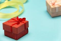 在圣洁华伦泰的那天礼物盒,蓝色背景的 免版税图库摄影