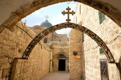 在圣洁坟墓附近的曲拱在耶路撒冷 免版税库存图片