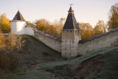 在圣洁Dormition普斯克夫洞修道院墙壁的10月早晨  Pechora,俄罗斯 免版税库存图片