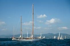 在圣特罗佩海湾的航行游艇  库存图片